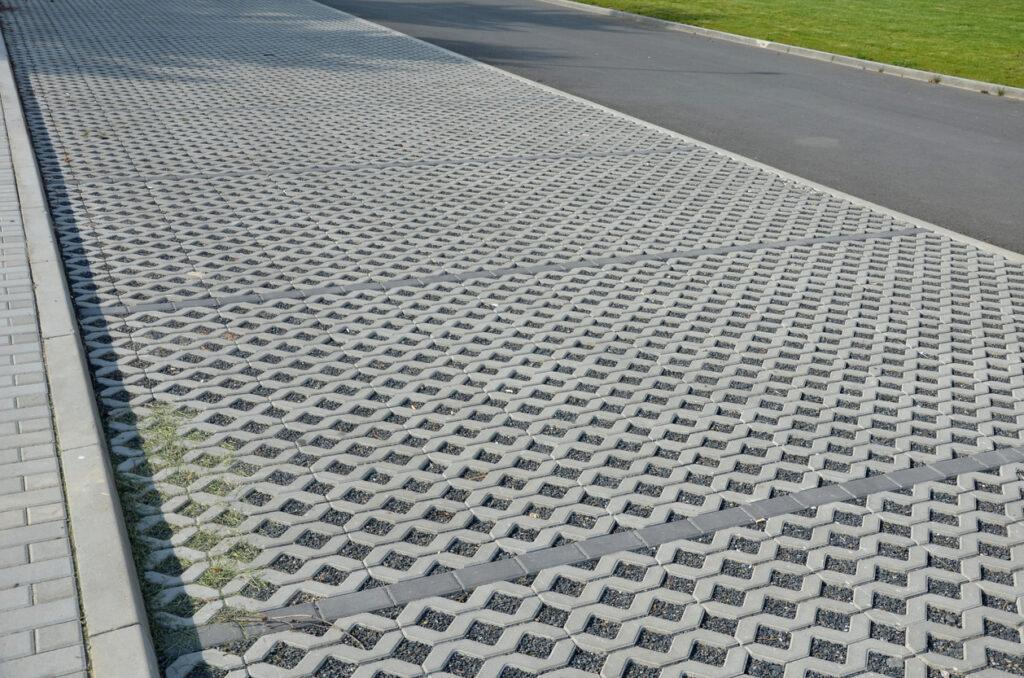 Waterdoorlatende parkeerplaatsen met grasdallen opgevuld met kiezels
